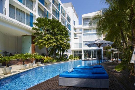 Hotel Baraquda Pattaya - MGallery by Sofitel: Swimming Pool area, Pool Bar and Deck
