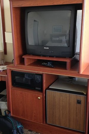 Shilo Inn Suites Hotel - Newport : Older furniture and broken remote