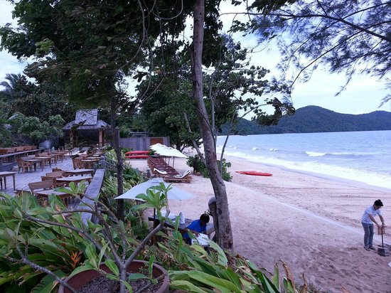 Santhiya Koh Yao Yai Resort & Spa : Beach outside the restaurant