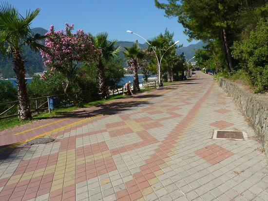 Marmaris Park: this is the walk way from hotel the leads into icemeler