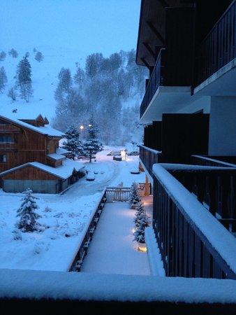 Hotel de la Valentin : Vue depuis l'hotel vers la route et l'entrée du parking
