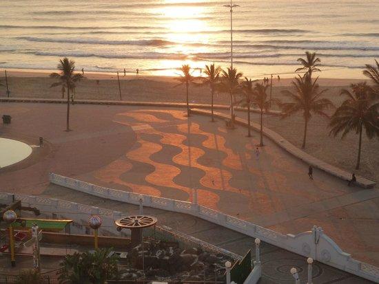 Gooderson Beach Hotel : Sunrise over the beachfront