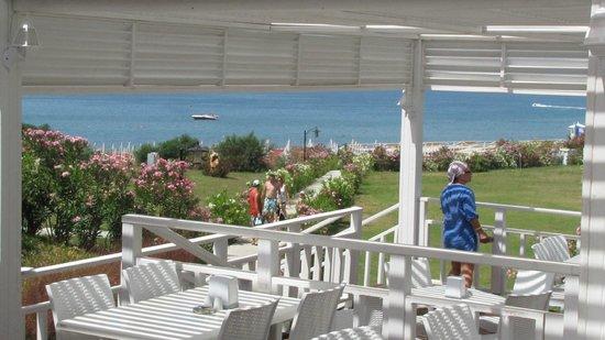 Diamond Elite Hotel & Spa : Droga na plażę, z perspektywy baru plażowego