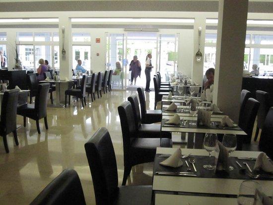 Hotel Astoria Playa Only Adults : Speisesaal, man hat die Wahl zwischen drinnen, übernacht oder draußen sitzen.