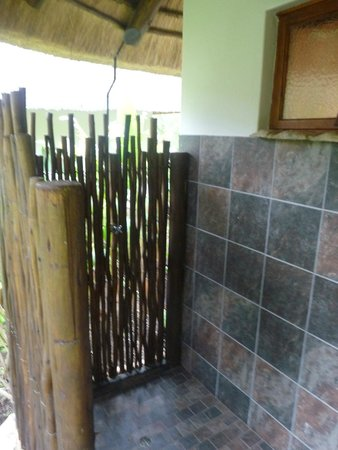 Lodge Afrique: douche extérieure du lodge
