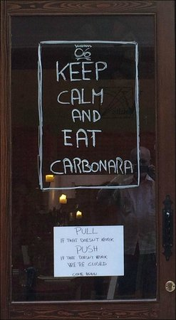 Zero Sei Trattoria Romana: Signs on the front door of 06