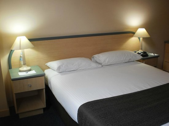 Adelaide Riviera Hotel: Double Bed in Family Room