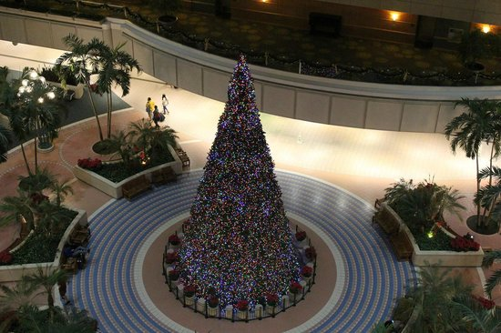 Hyatt Regency Orlando International Airport: ロビー階にある大きなクリスマスツリー