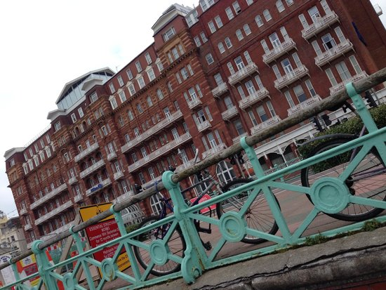 Hilton Brighton Metropole: Hotel from the beach