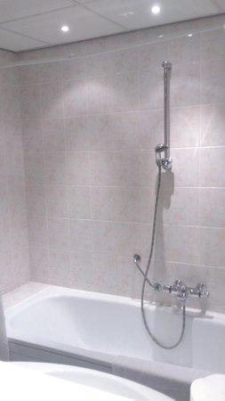 Fletcher Hotel-Restaurant Sallandse Heuvelrug : The bath with the shower