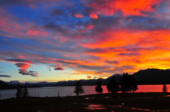 Lake Tekapo Village Motel: Sunrise over Lake Tekapo, taken from the balcony!