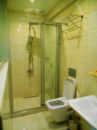 Arena Hotel: Our brilliant bathroom