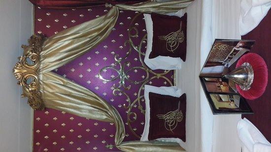 Sultan Tughra Hotel: Sultan's suite bed