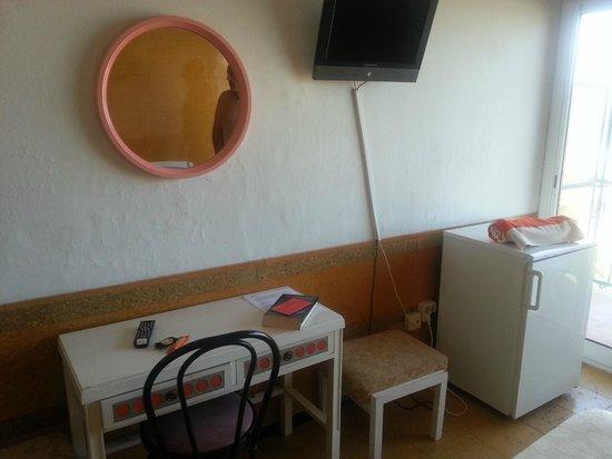 Hotel Rovira: escritorio , pared y suelo de corcho