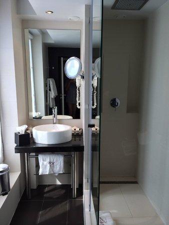 Bourgogne et Montana Hotel by MH: Salle de bain un peu minimaliste mais ergonomique