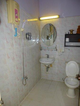 Golden Temple Villa: Deluxe bathroom