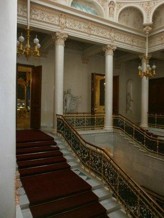 Faberge Museum: Парадная лестница