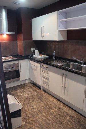 Dragon Hotel & Resort: Kitchen