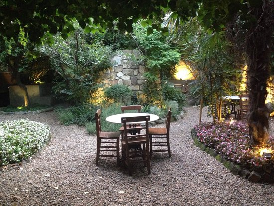 Hotel Empress Zoe : Courtyard garden