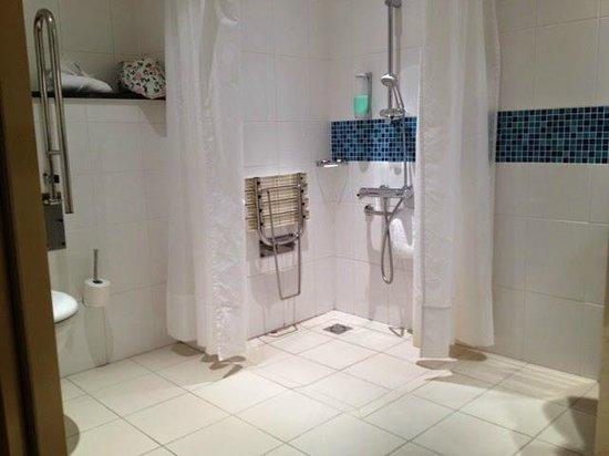 Vienna House Easy Bratislava : disabled bathroom