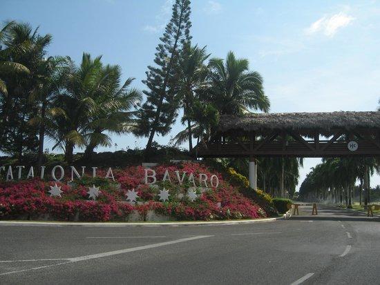 Catalonia Bavaro Beach, Casino & Golf Resort: Une entrée superbement fleurie