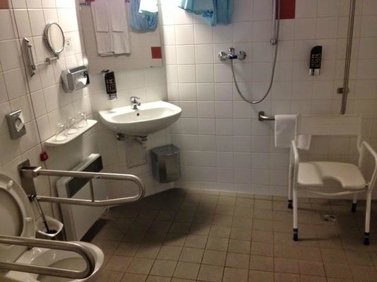 AZIMUT Hotel Vienna: disabled bathroom