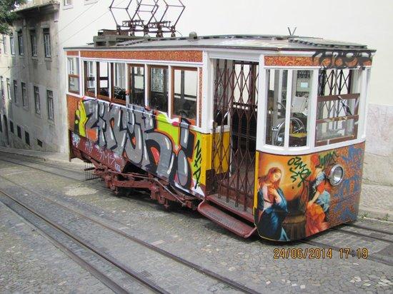 Santa Justa Lift : Asansöre giden tramvay