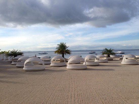Be Resorts - Mactan: Man made beach area. The sand are actually pebbles.
