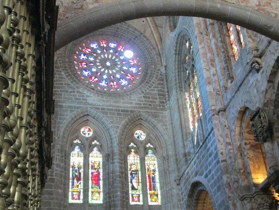 Catedral de Ávila: roseton y vidrieras