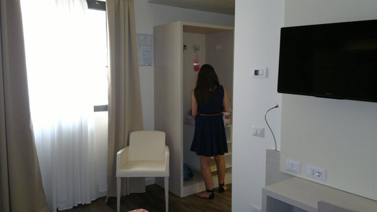 Alexander Hotel: Guarda roupa