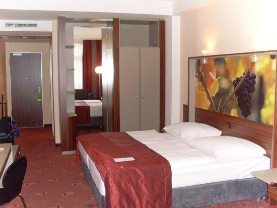 AZIMUT Hotel Cologne : Schlafbereich mit Blick zum Kleiderschrank