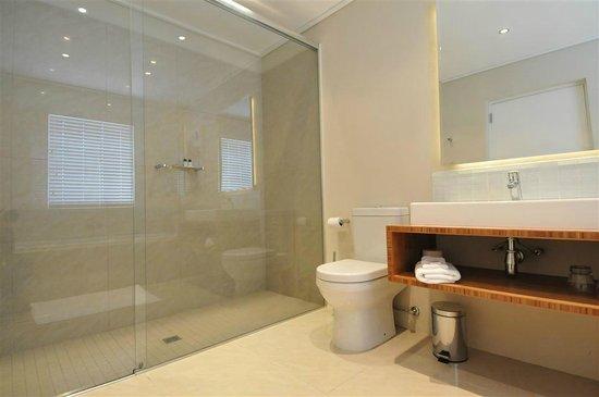 Bamboo Guest House: Bathroom Room 4
