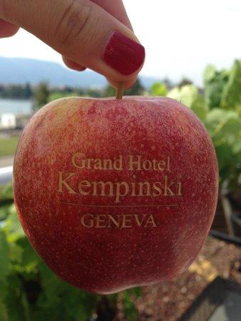 Grand Hotel Kempinski Geneva: Фирменная печать на яблоках