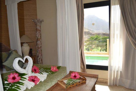 Royal Garden Villas: Habitación con detalles de flores y las toallas en forma de cisne
