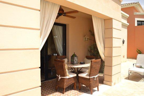 Royal Garden Villas: Terraza