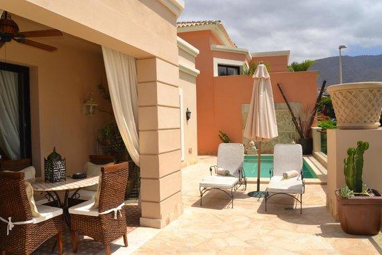 Royal Garden Villas: Terraza de la habitación y piscina