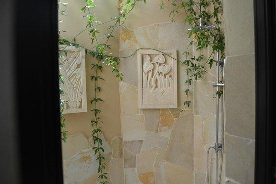 Royal Garden Villas: Ducha exterior en el baño