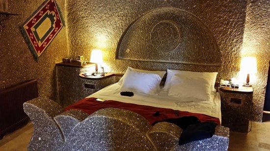 """Grand Cave Suites: Il """"famigerato"""" letto enorme in pietra"""