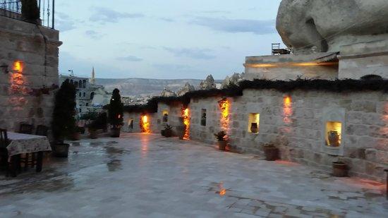 Grand Cave Suites: il tramonto dal terrazzo su cui si affacciano parte delle camere