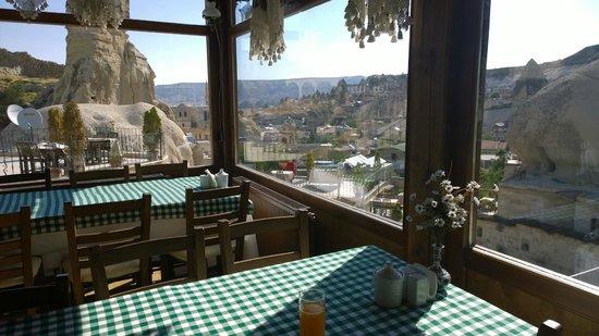 Grand Cave Suites: La vetrata della sala colazione: panorama da cartolina!