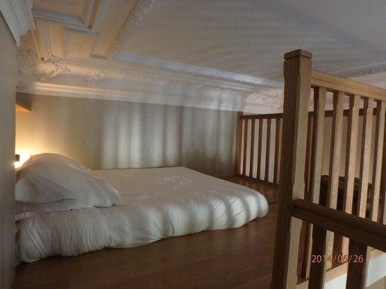 Helzear Champs Elysees : bed in one-bedroom apartment