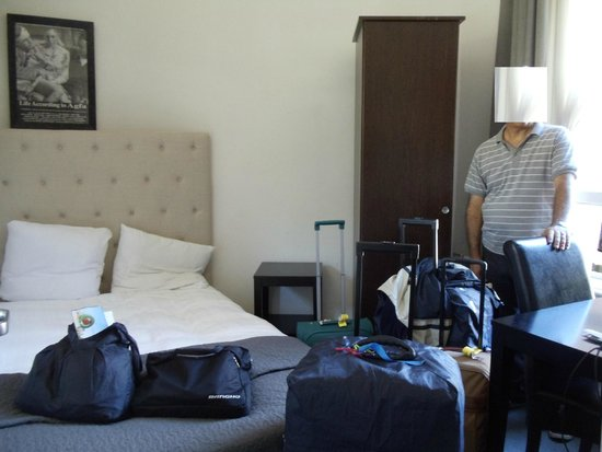 Quentin Amsterdam Hotel: debíamos subir a la cama para circular