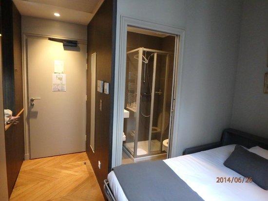 Suites & Hôtel Helzear Champs-Elysées: bathroom in 2 rooms apartment