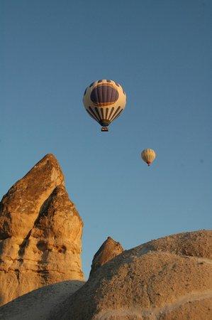 Grand Cave Suites: Risveglio con sorpresa: alba con mongolfiere sull'hotel