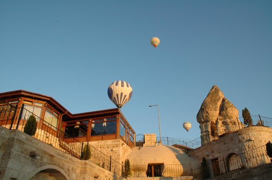 Grand Cave Suites: Risveglio con sorpresa: alba con mongolfiere sulla sala colazione dell'hotel