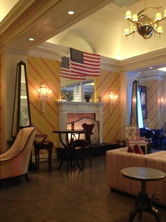 Kimpton Hotel Monaco Philadelphia: Lobby w fireplace antiques/modern mix high ceilings. clean!