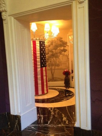 Kimpton Hotel Monaco Philadelphia: view from center entry way dog with 4thjuly hat and flag