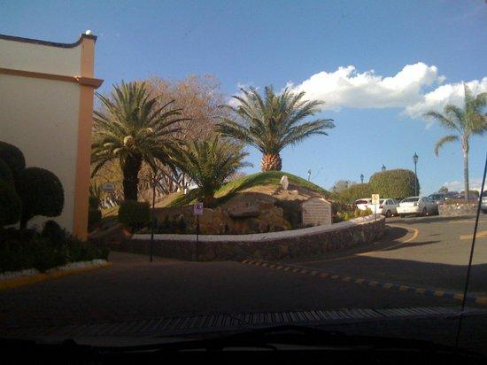 Mision Grand Juriquilla: ENTRADA AL HOTEL ZONA  ESTACIONAMIENTO