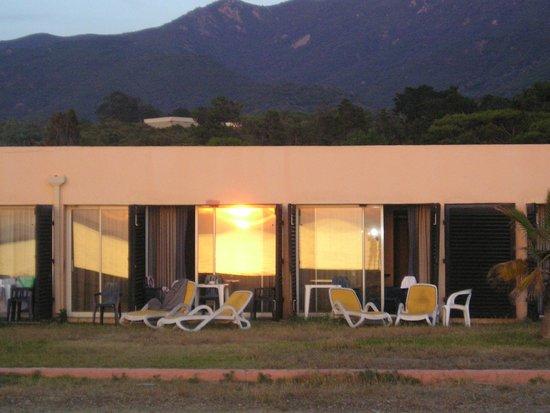 Club Marmara Grand Bleu: Reflet du soleil sur les fenêtres de la chambre