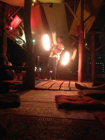 Blue Andaman Lanta Resort : bar avec spectacle de feu